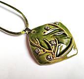 Náhrdelníky - Keramický šperk  - Zelený s halúzkou - - 10604982_