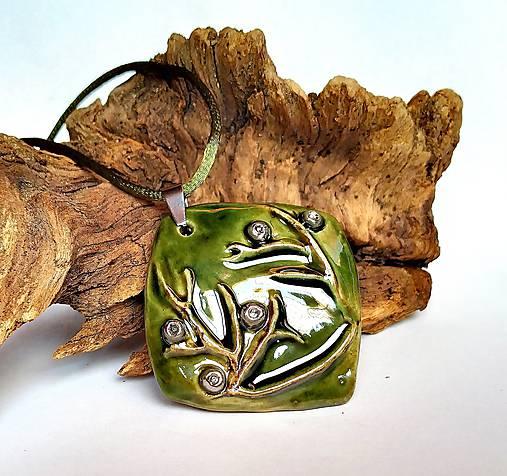 Keramický šperk  - Zelený s halúzkou -