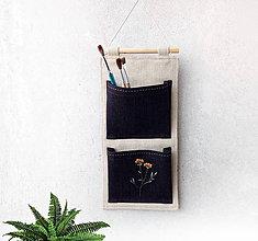 Dekorácie - Závesný vreckár vyšívaný Lúčny kvet - 10603921_