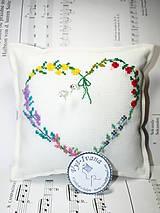 Drobnosti - Vyšívaný kvetinkový vankúšik pod obrúčky - 10609543_
