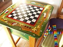Nábytok - Maľovaný šachový a hrací stôl - 10610384_