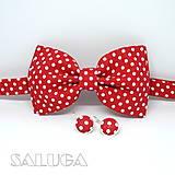 Doplnky - Pánsky červený bodkovaný motýlik + náušnice - 10611379_