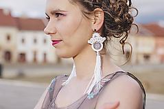 Náušnice - Bielo-strieborné šujtášové náušnice so strapcom - 10612740_