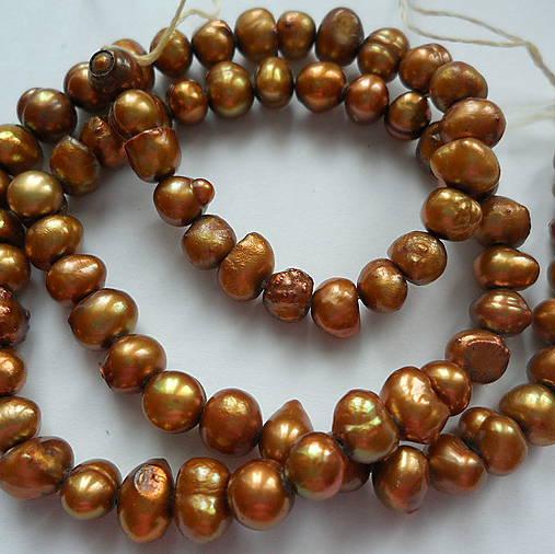 Sladkovodné perly-návlek cca 36cm (4-5mm-tm.zlatá)