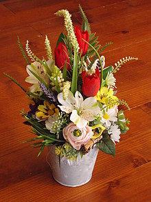 Dekorácie - Jarná dekorácia s tulipánmi a vtáčikom - 10617650_