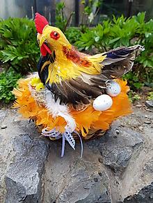 Dekorácie - veľkonočná dekorácia sliepočka s kuriatkami a vajíčkami - 10620609_