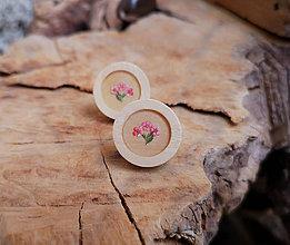 Náušnice - Napichovacie náušnice drevené s kvietkami, chirurgická oceľ (Drevené napichovačky s ružovým kvietkom) - 10627228_