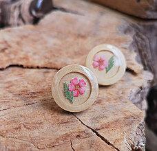 Náušnice - Napichovacie náušnice drevené s kvietkami, chirurgická oceľ (Drevené napichovačky s ružovým kvietkom) - 10627232_