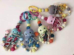 Hračky - Háčkovaný set hrkálka medúzka a držiak na cumlík / Crochet jellyfish rattle and pacifier holder - 10631751_