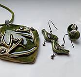 Náhrdelníky - Keramický šperk  - Zelený s halúzkou - - 10629407_
