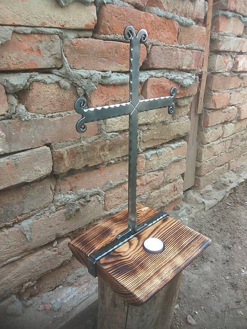 Jednoduché malá rozkladacia stolička s operadlom pavúkového typu.