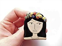 Odznaky/Brošne - brošňa dievča s vencom vo vlasoch (gréta) - 10635057_