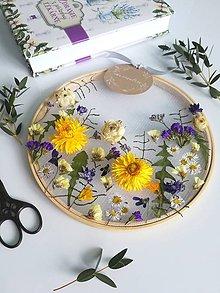 Dekorácie - Obraz vyšívaný kvetmi - 10635620_