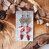 Smotanové sklenené náušnice s ornamentami, srdcia, lístky, červená, brondz