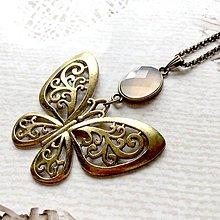 Náhrdelníky - Bronze Butterfly Grey Agate Necklace / Náhrdelník s motýľom a šedým achátom /2084 - 10636552_