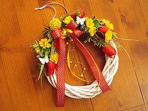 Dekorácie - Jarný veniec s tulipánmi a motýlikmi 28cm - 10638239_