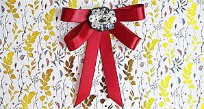 Odznaky/Brošne - bordová luxusná mašľa s brošňou pod golier - 10641011_