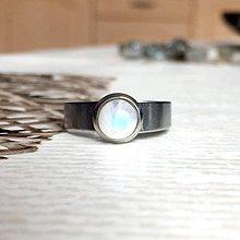 Prstene - Mini Moonstone Stainless Steel Ring / Elegantný prsteň s AA mesačným kameňom z chirurgickej ocele /2086 - 10645285_