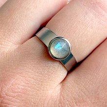 Prstene - Mini Labradorite Stainless Steel Ring / Elegantný prsteň s brúseným labradoritom z chirurgickej ocele /2086 - 10645330_