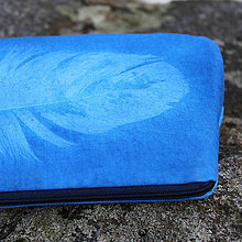 Taštičky - Modrá taštička s otiskem peří - 10647045_