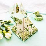 Darčeky pre svadobčanov - pyramídová papierová darčeková škatuľka Biele kvety - 10646197_