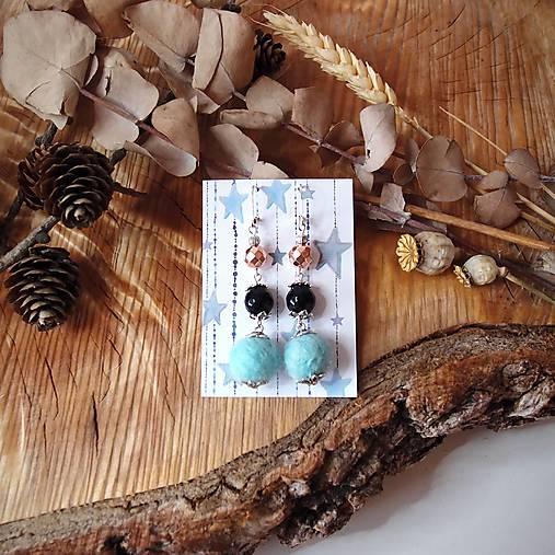 Chutné chlpaté balbuľky - náušnice, hematit a onyx kamienok, čierna, modrá, striebro