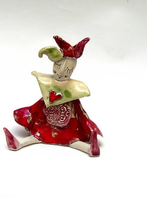 socha klaun sediaci červený