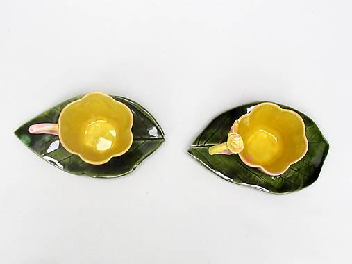 Šálka v tvare kvetu žlto ružova s tanierikom