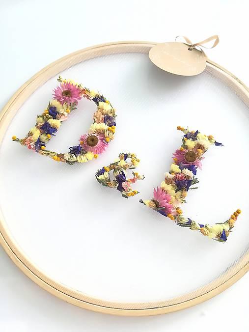 Obraz vyšívaný kvetmi partnerské iniciály farebné