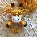 Hračky - Háčkovaná hrkálka žirafka/žirafa - 10650471_