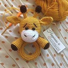 Hračky - Háčkovaná hrkálka žirafka - 10650471_