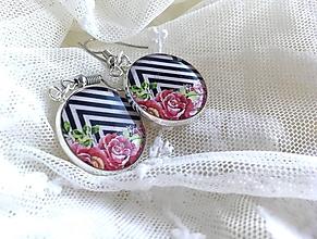 Náušnice - Náušničky s kvietkami na čierno-bielom pozadí - 10651989_