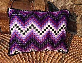 Úžitkový textil - Vyšívaný vankúš Fialka - 10654310_