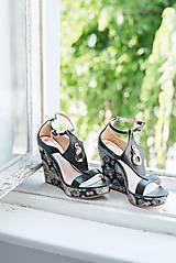 Obuv - Kožené čierne sandále ma platforme - 10659289_