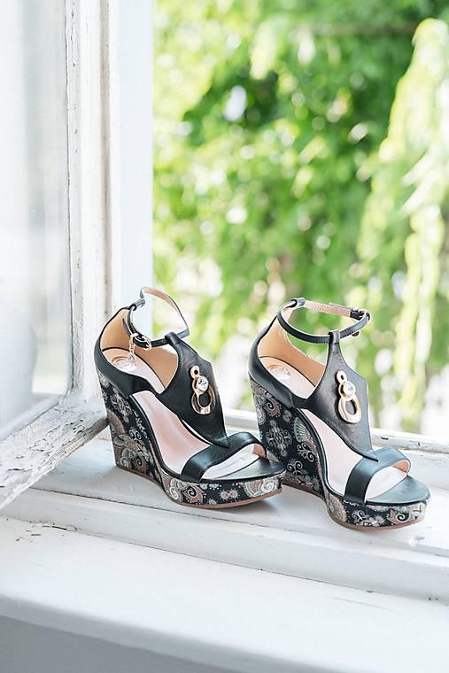 Kožené čierne sandále ma platforme