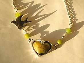 Náhrdelníky - Srdiečko zeleného opálu s lastovičkou,tiffany - 10660501_