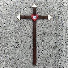 Dekorácie - Tmavý Drevený Kríž s Krištáľovým Srdcom - 10660705_