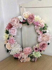 Dekorácie - Kvetinovy veniec na dvere - 10664180_