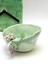 šálka s ružičkou pastelovo zelená