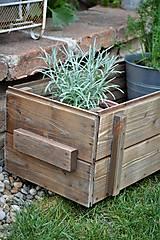 Nábytok - Stará drevená debnička s kolieskami - 10667021_