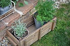Nábytok - Stará drevená debnička s kolieskami - 10667024_