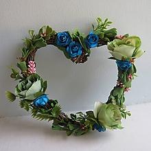 Dekorácie - Kvetinový veniec v tvare srdca