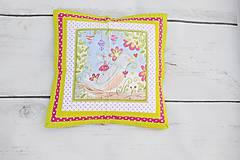Úžitkový textil - Letný patchworkový vankúšik s vtáčikom - 10671423_