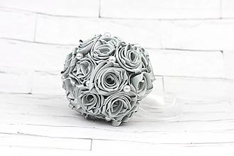 Kytice pre nevestu - Saténová kytica svadobná strieborná ruže + pierko - 10672458_