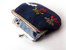 Peňaženky - Vyšívaná peňaženka M Zelenina na modrej - 10671210_