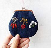 Peňaženky - Vyšívaná peňaženka M Zelenina na modrej - 10671211_