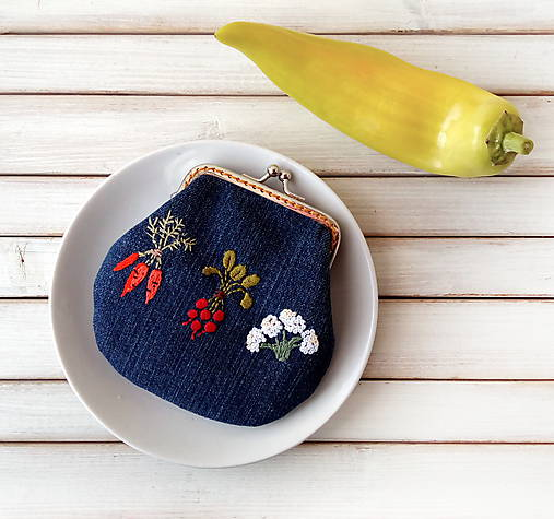 Vyšívaná peňaženka M Zelenina na modrej