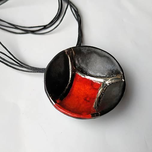 Keramický šperk z kolekcie V KRUHU- s červeným akcentom