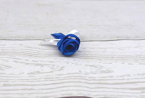 Pierko tmavomodro-biele ruža