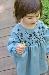 Detské oblečenie - Vyšívané šaty IDA dymovo zelené - 10683407_